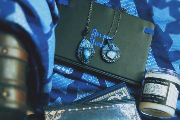 Photo montrant des carnets et des bijoux