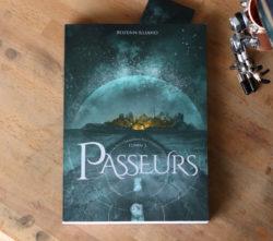 Image montrant le livre Passeurs posé sur un bureau