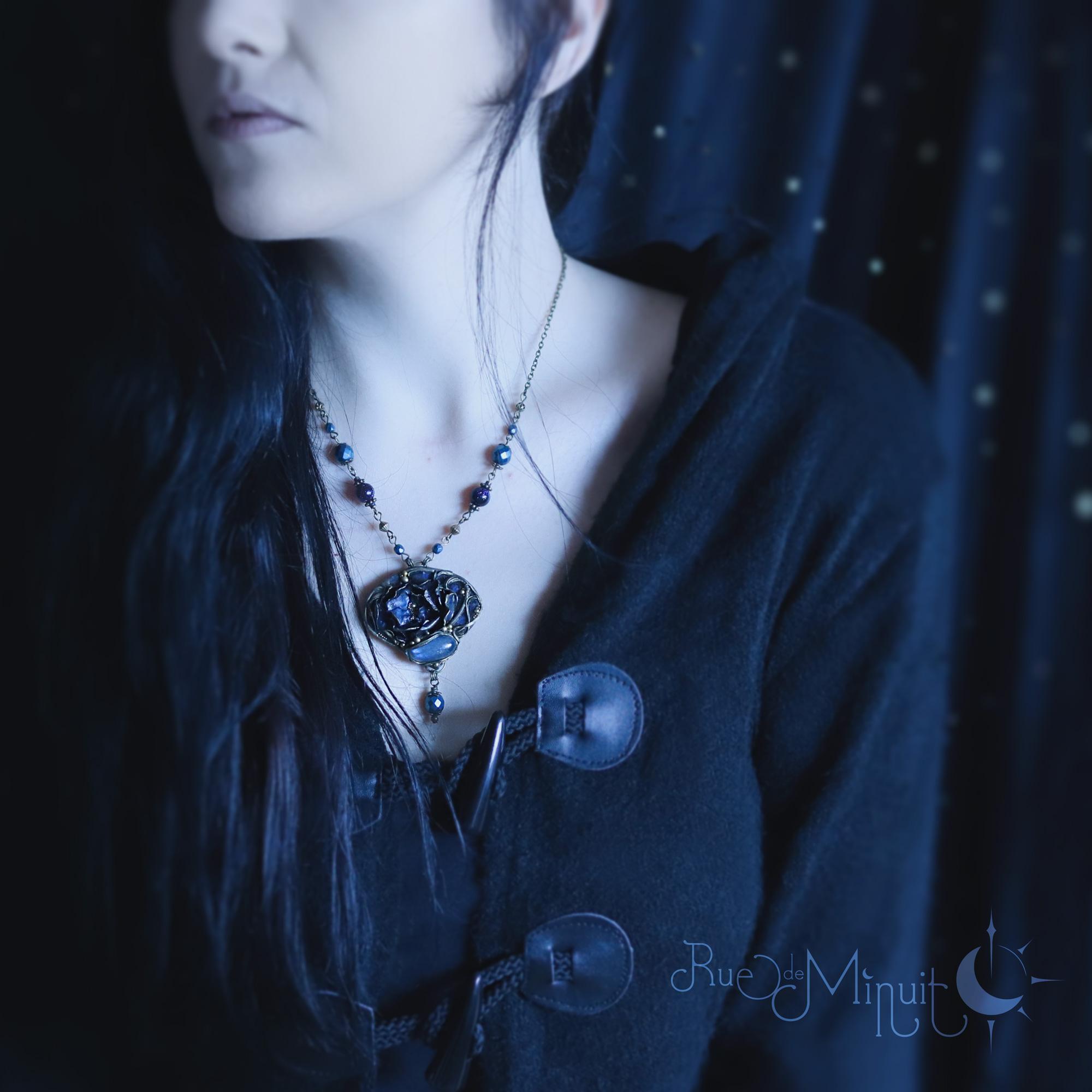 Photo montrant une personne aux cheveux noirs portant un bijou de la boutique