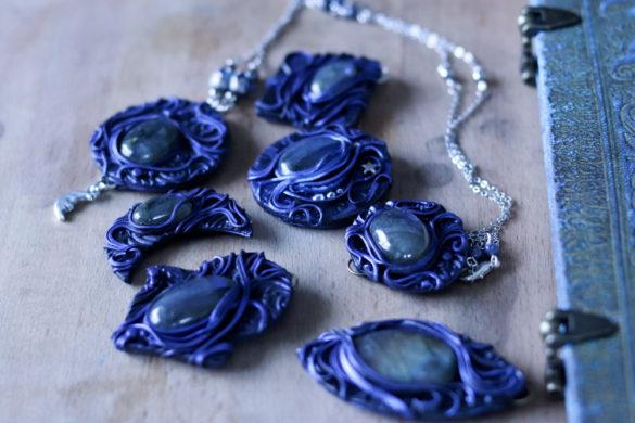 Photo montrant des bijoux bleus