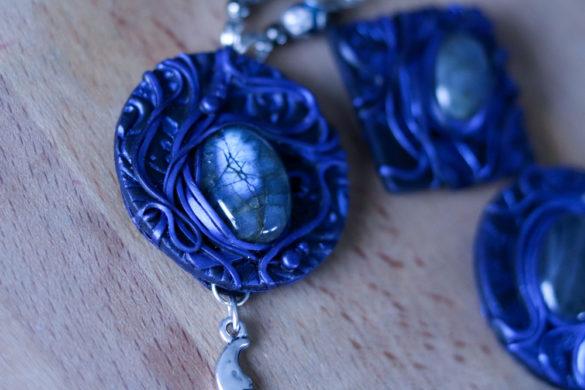 Photo montrant un bijou de près, avec une labradorite bleue